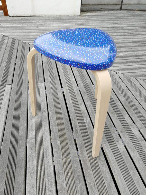 Tabouret tripode paillettes bleues